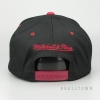 MITCHELL & NESS MIAMI HEAT TEAM LOGO 2-TONE 110 SNAPBACK BLACK/RED